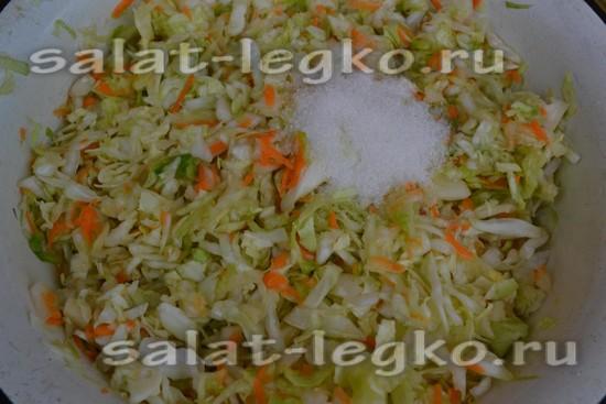 Добавляете в блюдо растительное масло, сахар, соль и уксус