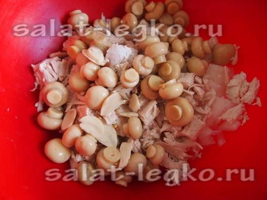 добавить маринованные грибы
