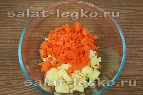 нарезать картошку и морковку