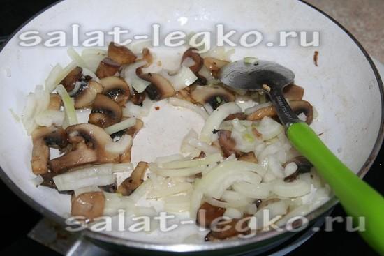 добавить лук к грибам