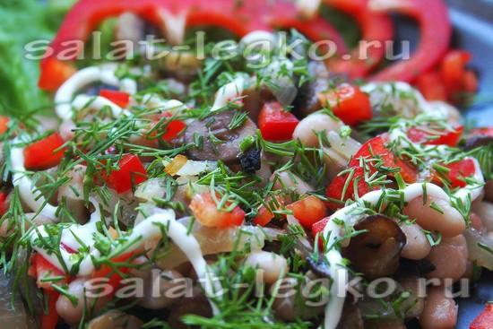 добавит фасоль и зелень, заправить салат и перемешать
