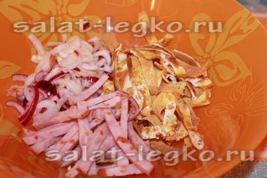 Соединяем мясо, лук и омлет