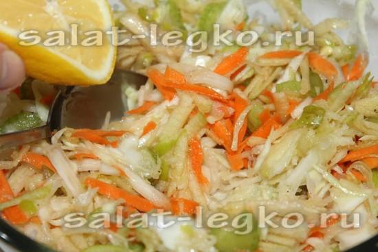 заправьте салат маслом и соком лимона