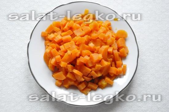 Морковь отварить и нарезать