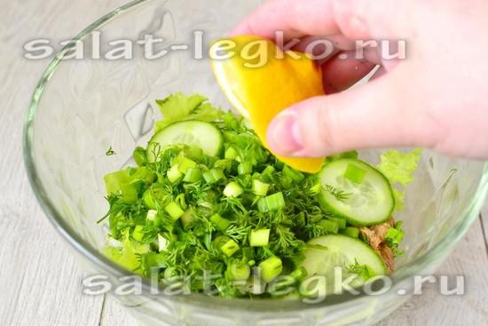 кладем нарезанную зелень и огурцы