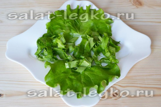 Раскладываем на блюдо листовой салат
