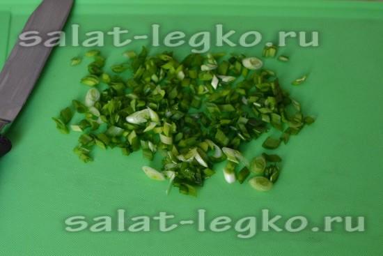 Нарезаем зеленый лук