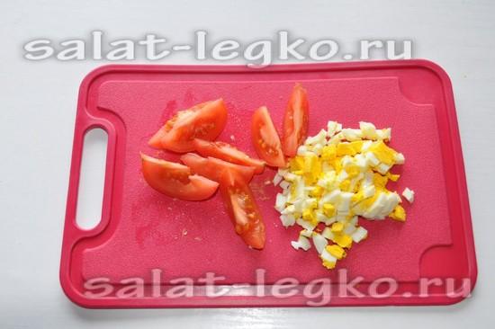 нарежьте помидор и яйца