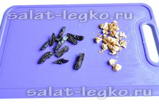Нарежьте чернослив и орехи