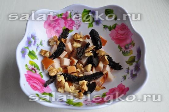 выложите орехи и чернослив