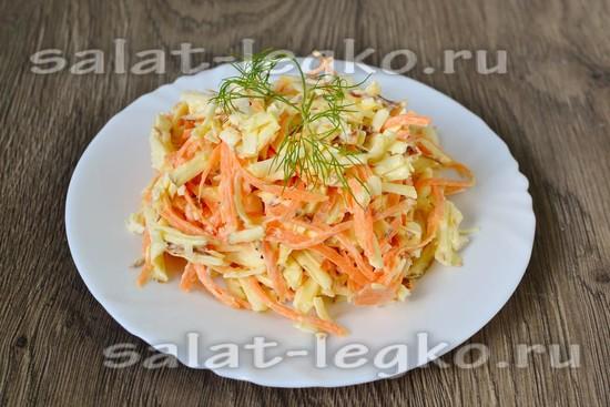 Салат с колбасным сыром, морковью и чесноком