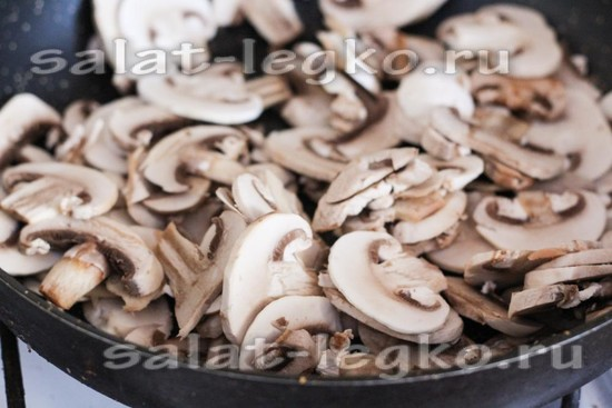 Выложить грибы