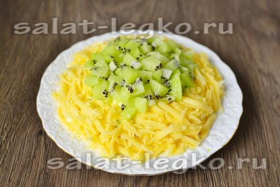 выложить сыр и киви