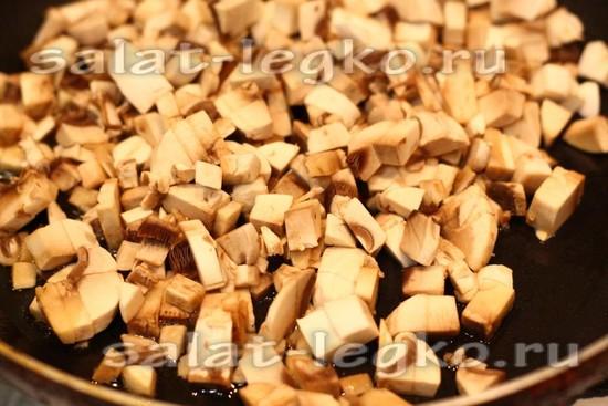 Выложить грибы на сковороду