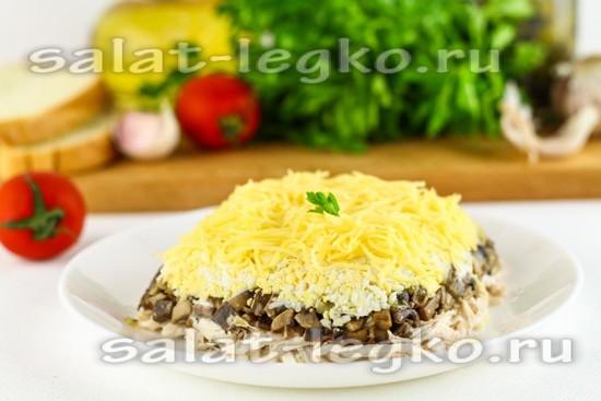 Салат с грибами и курицей, и сыром слоями
