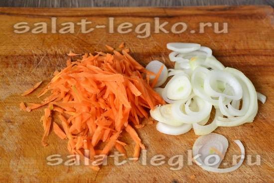 Морковку и лук измельчить