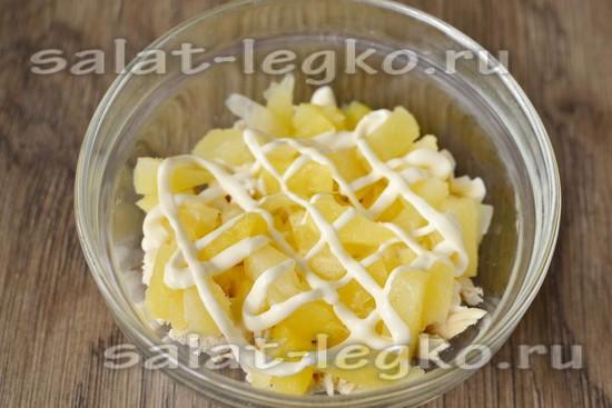кладем немного консервированных ананасов