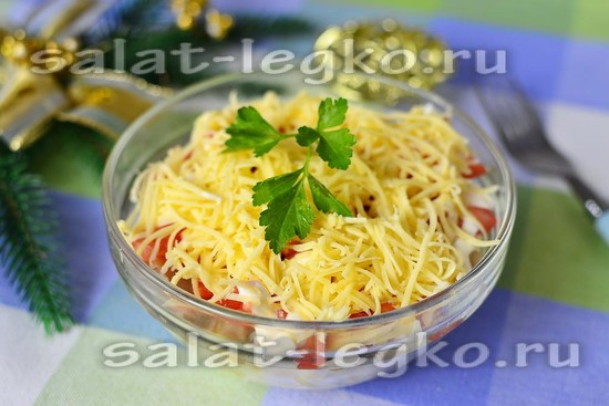 Куриный салат с ананасом, грибами и помидорами