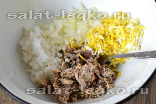 В салатник добавляем измельченные яйца, отварной рис и маринованный лук.