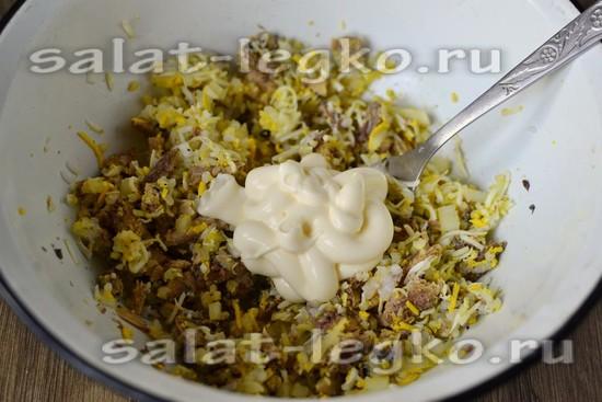 Заправляем салат майонезом