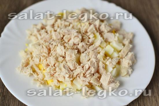 режем отварную курицу и кладем сверху на яйца