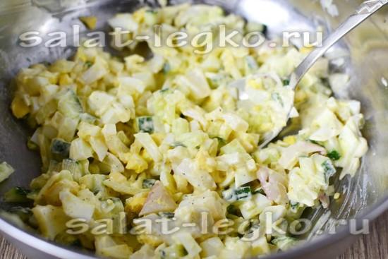 заправляем салат сметаной и майонезом