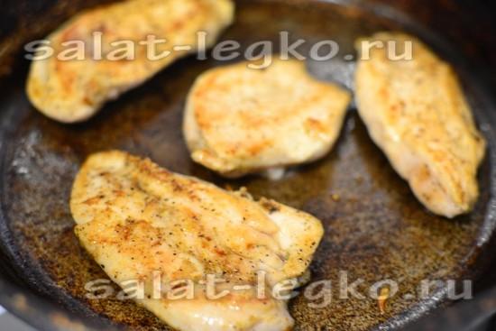 Обжариваем филе на сковороде