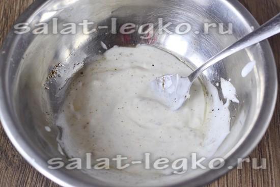 Смешиваем чеснок с йогуртом и специями