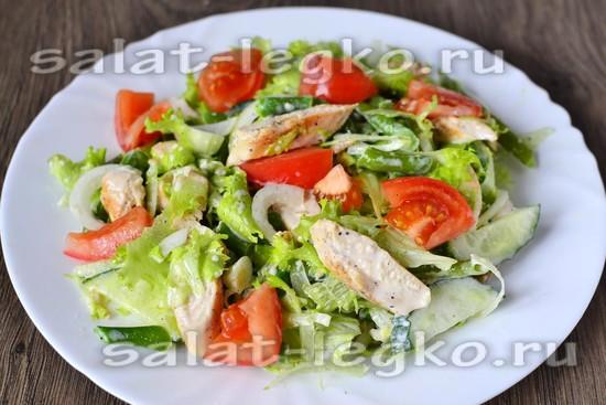 Кладем его на блюдо и декорируем кусочками помидор