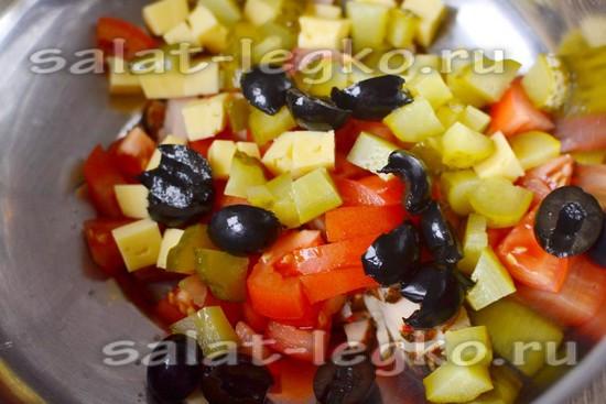 В салатник кладем ветчину, огурец, маслинки, дольки томатов и кубики сыра