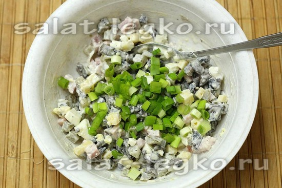 добавим мелко нарезанный зеленый лук