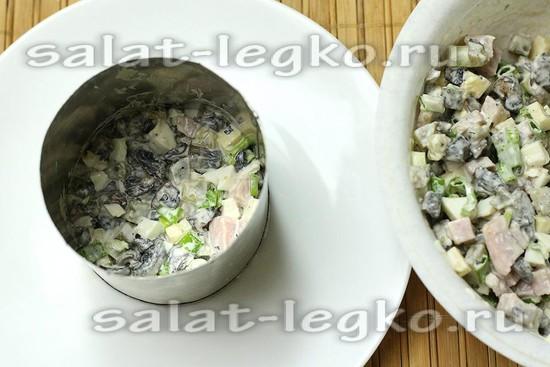 выложить салат с помощью сервировочного кольца