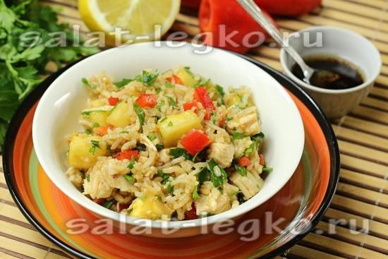 Теплый салат с курицей, ананасом и рисом басмати