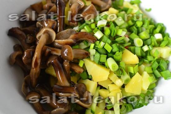 добавить зеленый лук и грибы