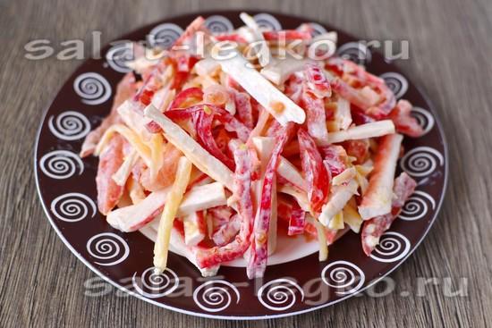 Салат «Красное море» с помидорами, крабовыми палочками, сыром и помидорами