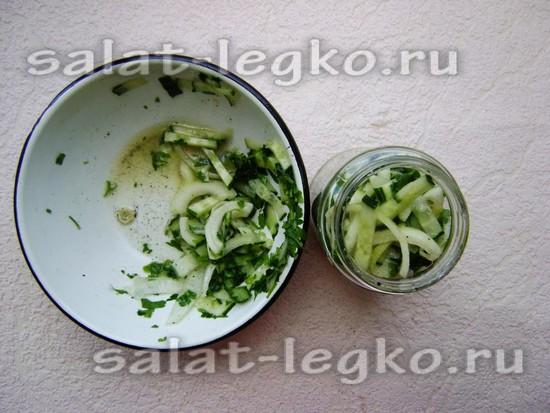 Раскладывайте замаринованный салат в чистые банки