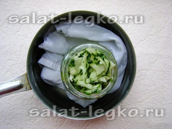 Стерилизуйте банки с салатом около 20 минут