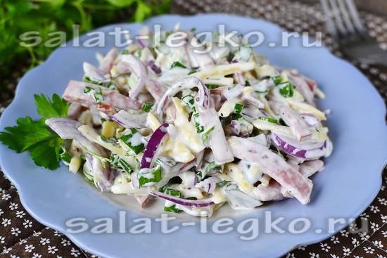"""Салат """"Закусочный"""" с копченой колбасой сыром и огурцом"""