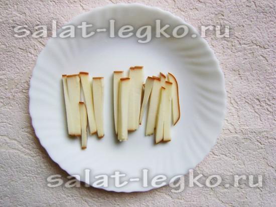 Сыр нарежьте