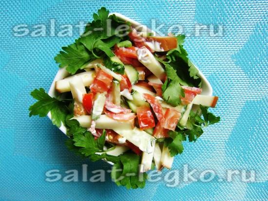 Салат с копченым сыром, колбасой и овощами
