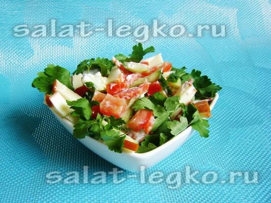Салат с колбасным сыром, помидорами и колбасой: рецепт с фото
