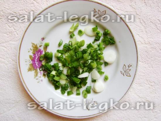 Зеленый лук нарезать