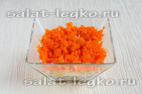 Выкладываю морковь