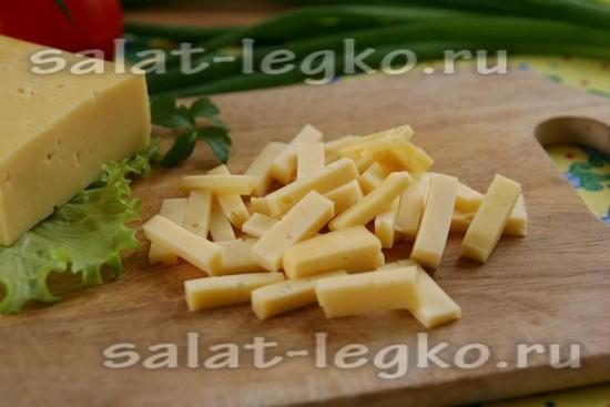 сыр нарезаем
