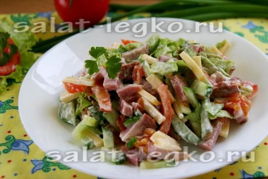 Салат с ветчиной, сыром, помидорами и огурцами