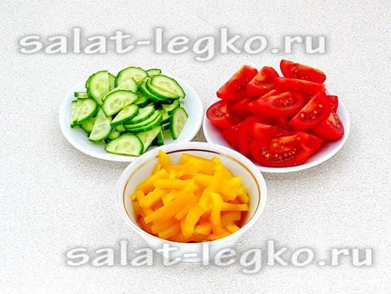 нарезать перец, огурцы и помидоры