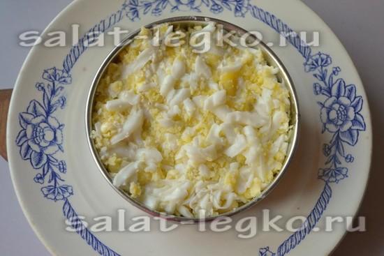 слой тертых вареных яиц
