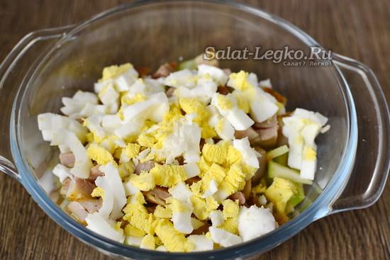 яйца отварить и нарезать