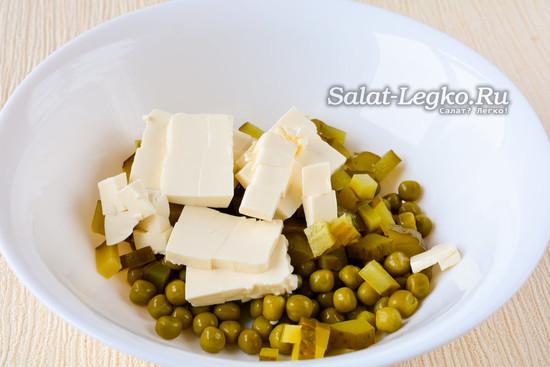 Смешать горошек и сыр