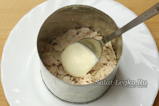 выкладываем слой куриного мяса